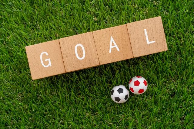 ゴールの文字とサッカーボール