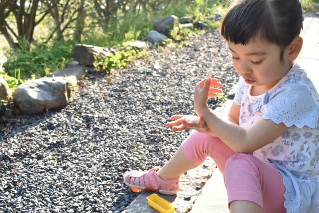外で日焼け止めを塗る子供