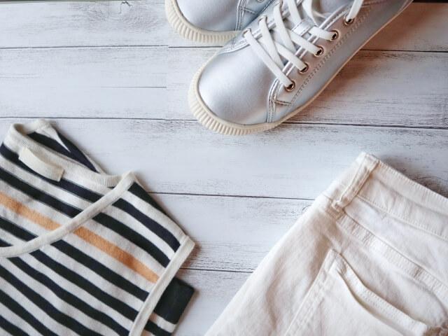 白のスニーカーと白のパンツなどのコーデ写真