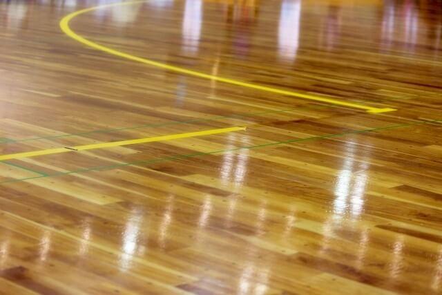 ゴールボールが行われる体育館の床