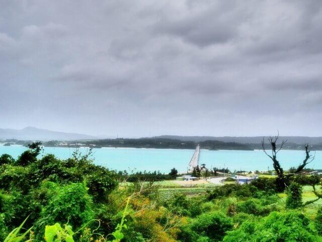 台風接近の浜辺