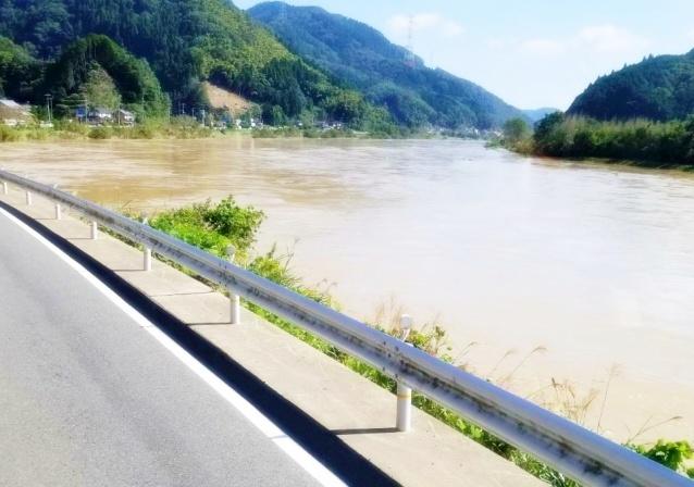 台風で増水した川