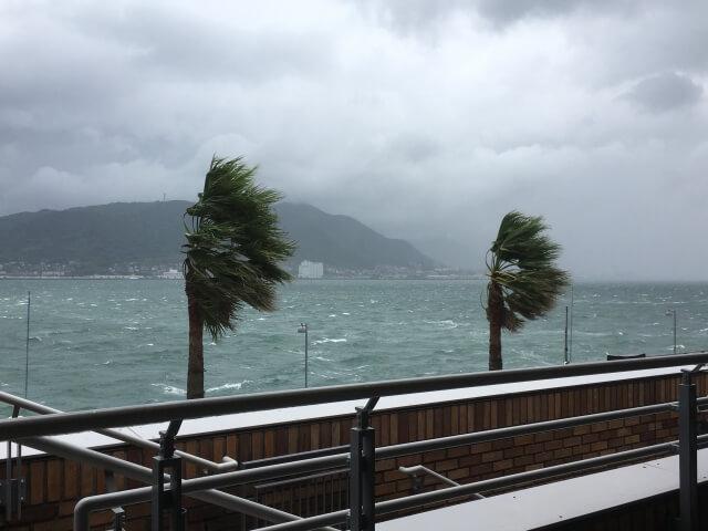 台風接近中の海辺