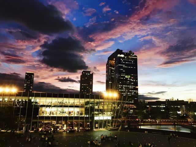 ビル街の台風後の夕焼け空