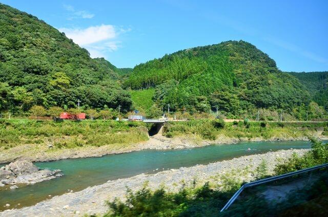 山間の球磨川