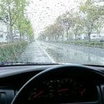 台風の雨の中の運転