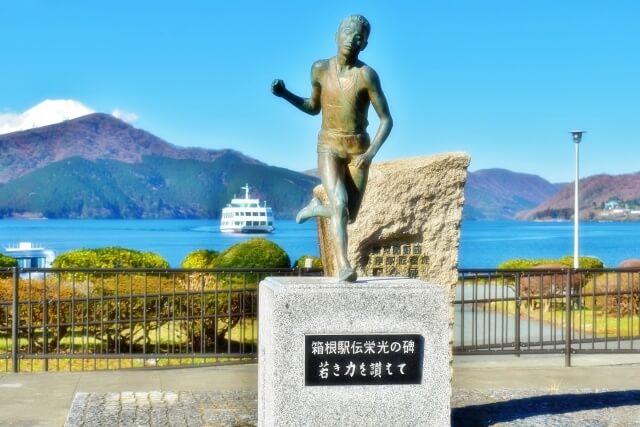 箱根駅伝の芦ノ湖の銅像2