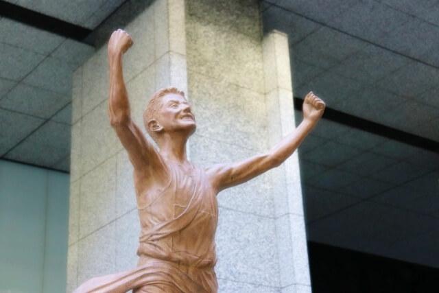 箱根駅伝のゴールの銅像