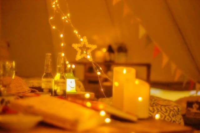 グランピングの夜の照明