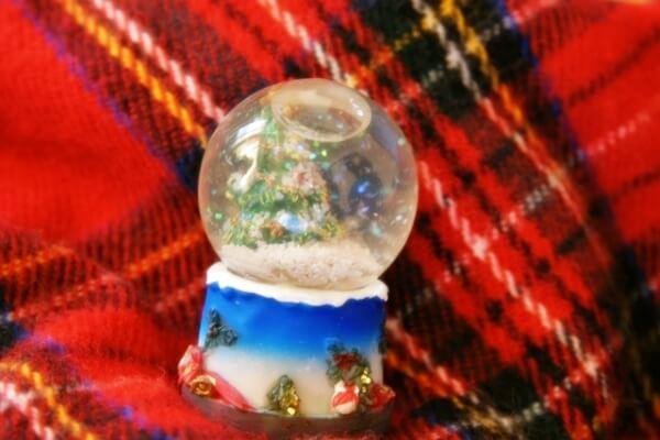 ホワイトクリスマスの可愛いスノードーム