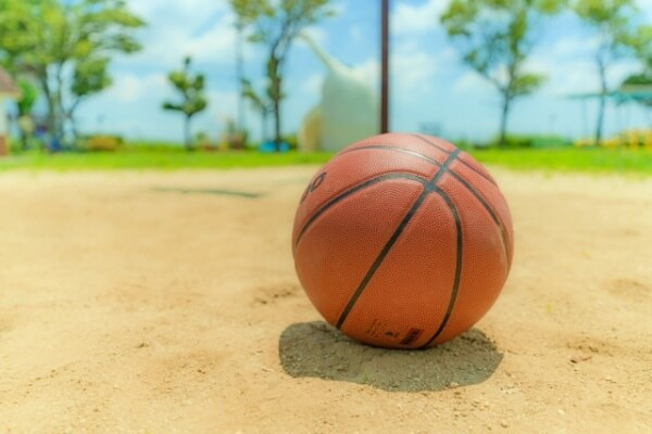 砂浜のバスケットボール