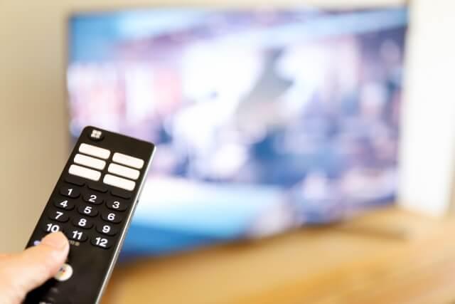 動画配信サービスをテレビに映す場面