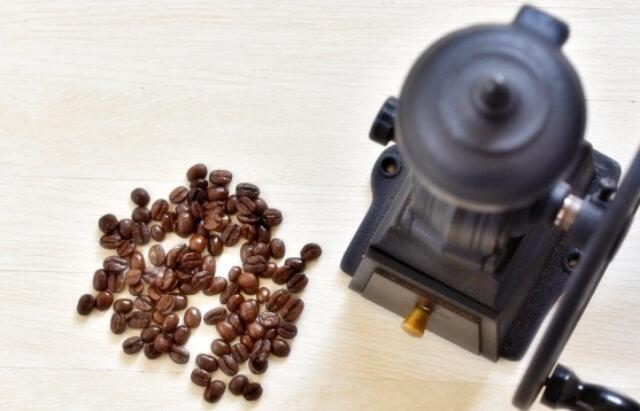 コーヒー豆とミル