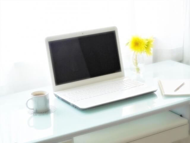 パソコンと黄色い花
