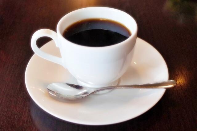白いコーヒーカップのコーヒー