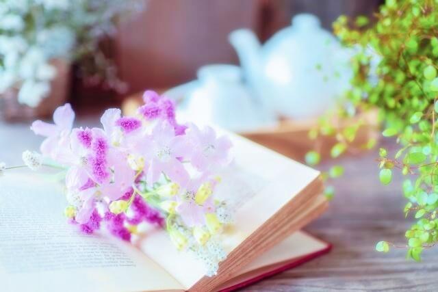 紫の花のしおりとティータイム