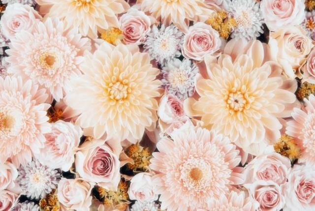 ベージュを基調とした落ち着いた色合いのの花束